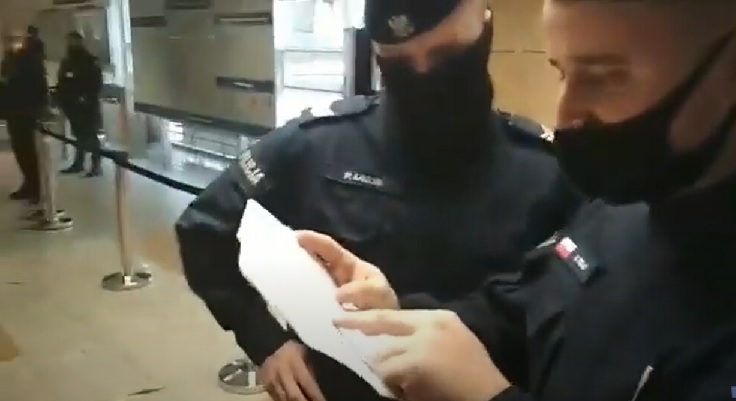 """Policjant próbuje """"zgnoić"""" redaktora Czujnego."""