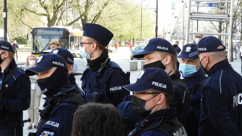 Policja pilnuje kolejki do pierogarni.