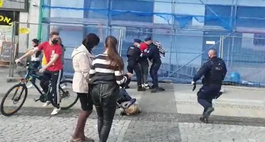 """Policjant rzuca emerytowaną nauczycielką jak """"szmacianą lalką"""" – nagranie."""